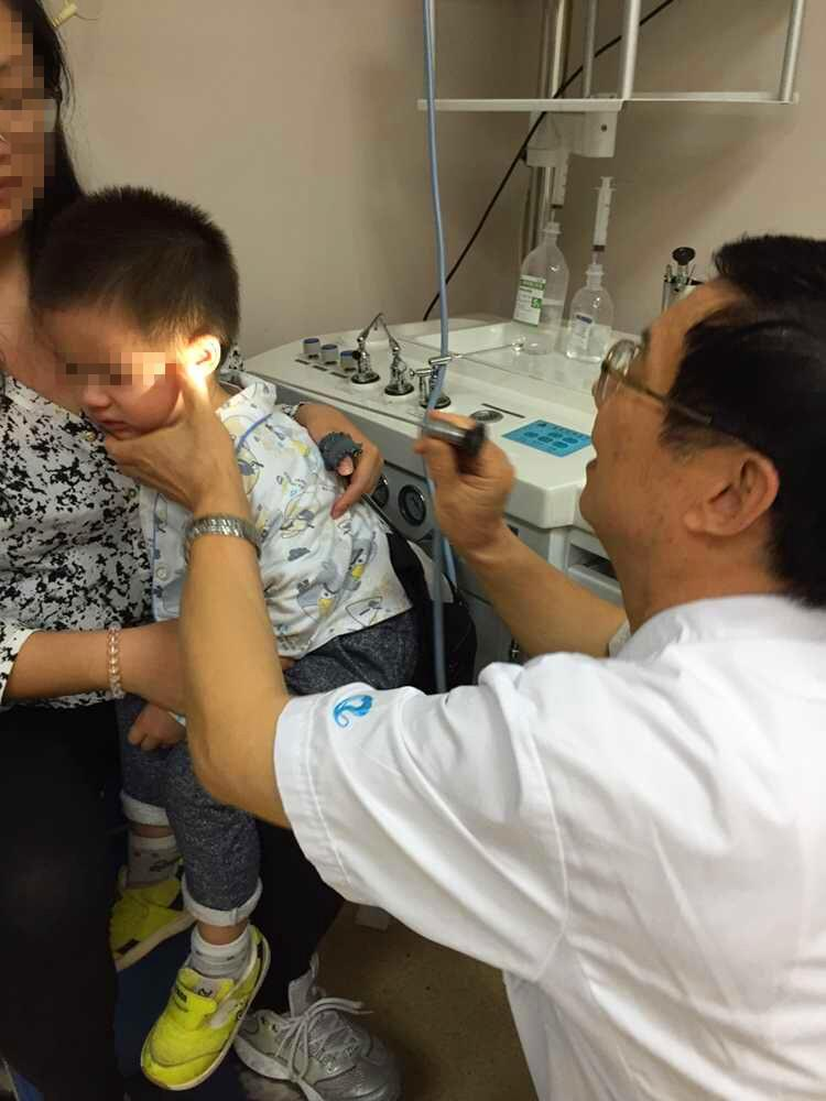 南京仁品耳鼻喉医院洪锦科主任对小子铉进行耳部日常检查